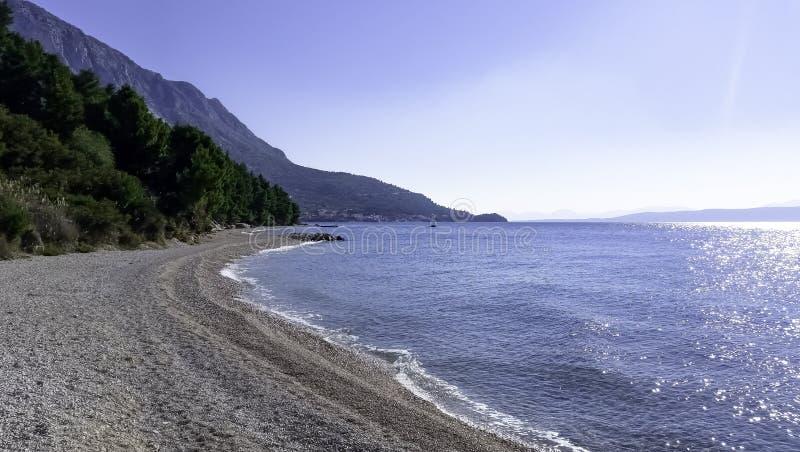 Driatic hav, strand och skog - Podgora, Makarska Riviera, Dalmatia, Kroatien arkivbild