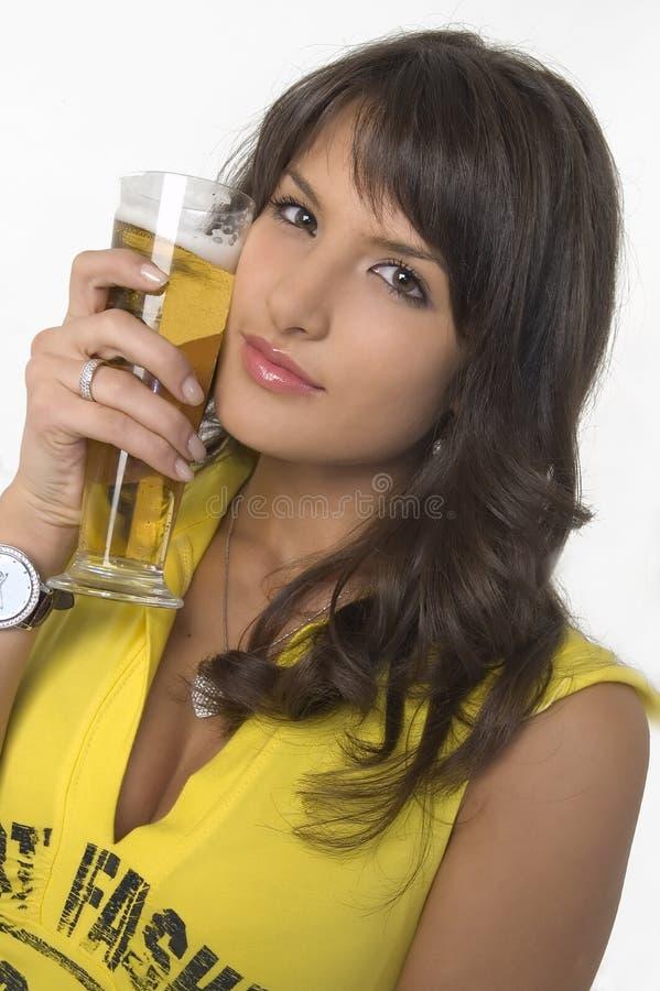 Dricka öl för nätt flicka från exponeringsglaset arkivbild