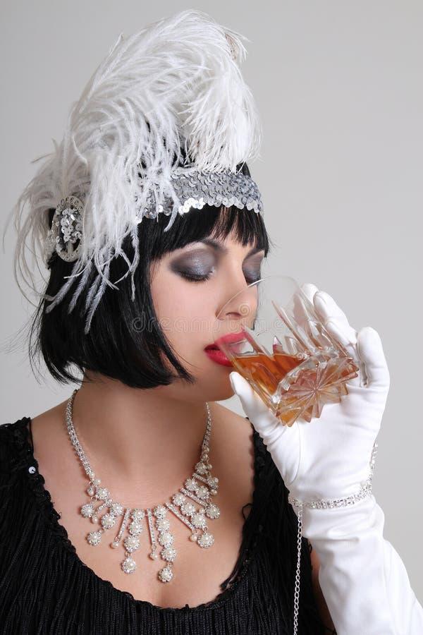 Dricka cognac för härlig tappningaktris arkivbilder