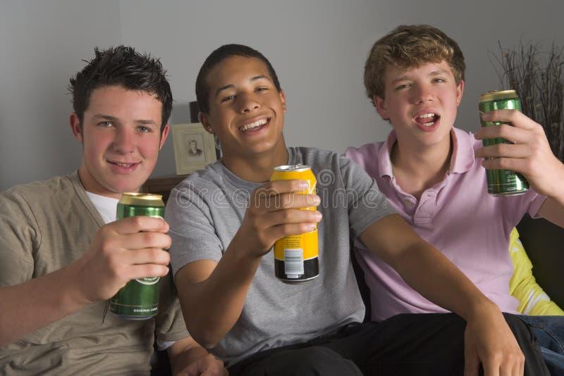 dricka för ölpojkar som är tonårs- royaltyfri bild