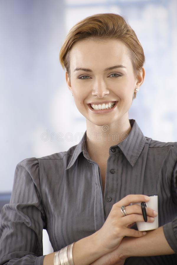 dricka för affärskvinnakaffe som är lyckligt arkivfoton