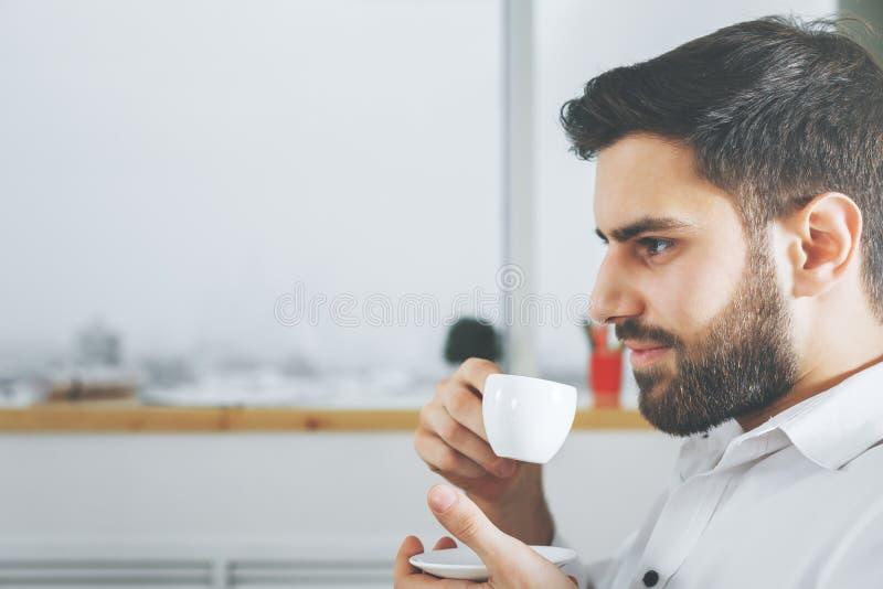 dricka för affärsmankaffe royaltyfri bild