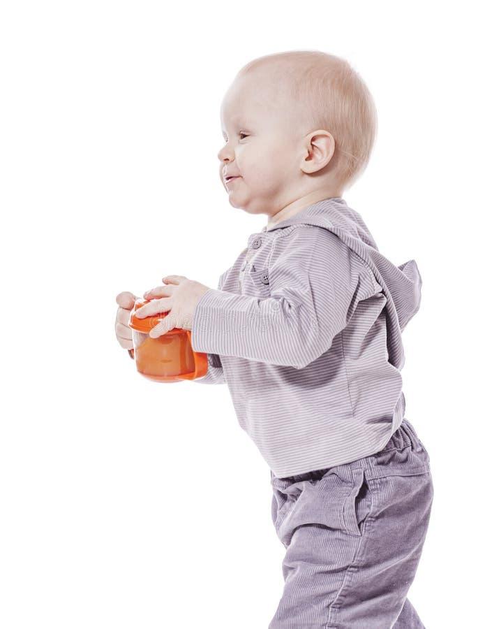 Dricka för litet barnpojke royaltyfri bild