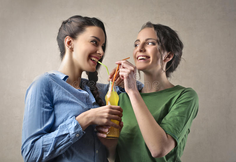 Dricka för vänner royaltyfria foton