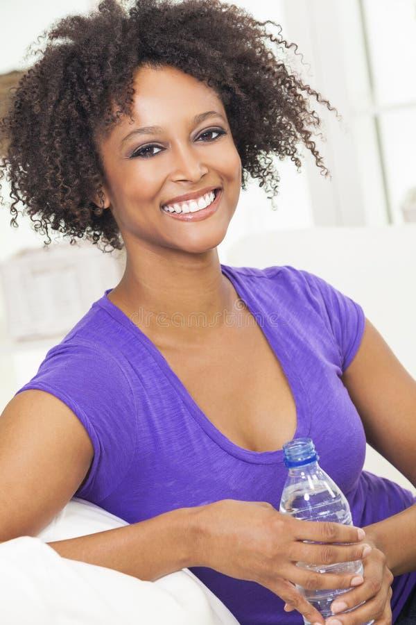 Dricka flaska för afrikansk amerikankvinna av vatten arkivfoton