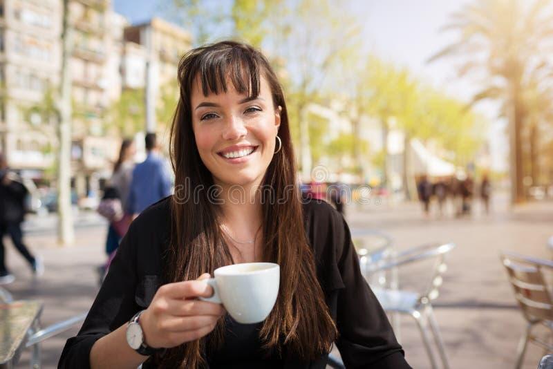 dricka flicka för härligt kaffe royaltyfri bild