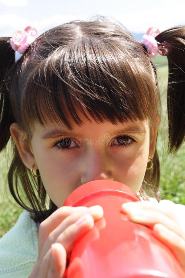 dricka flicka little royaltyfria bilder