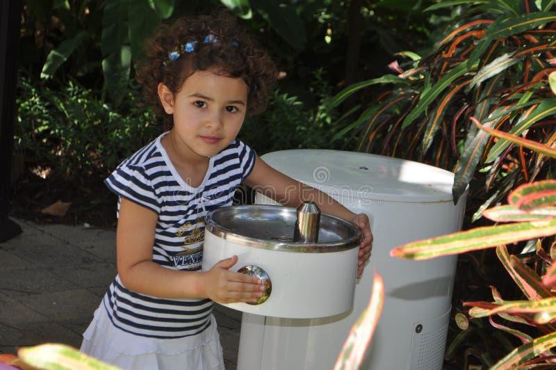 dricka flickavatten arkivfoto