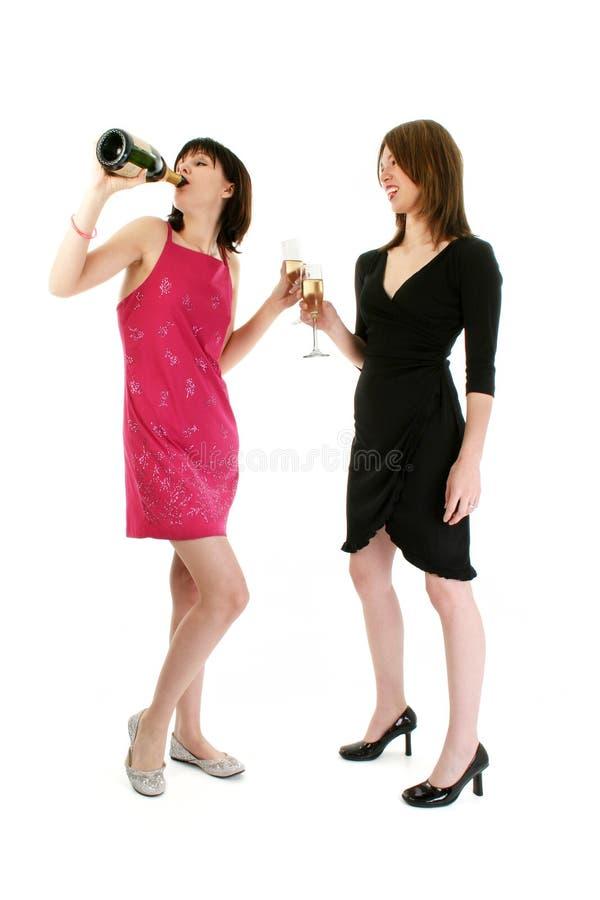 dricka flickor två för champagne arkivfoton