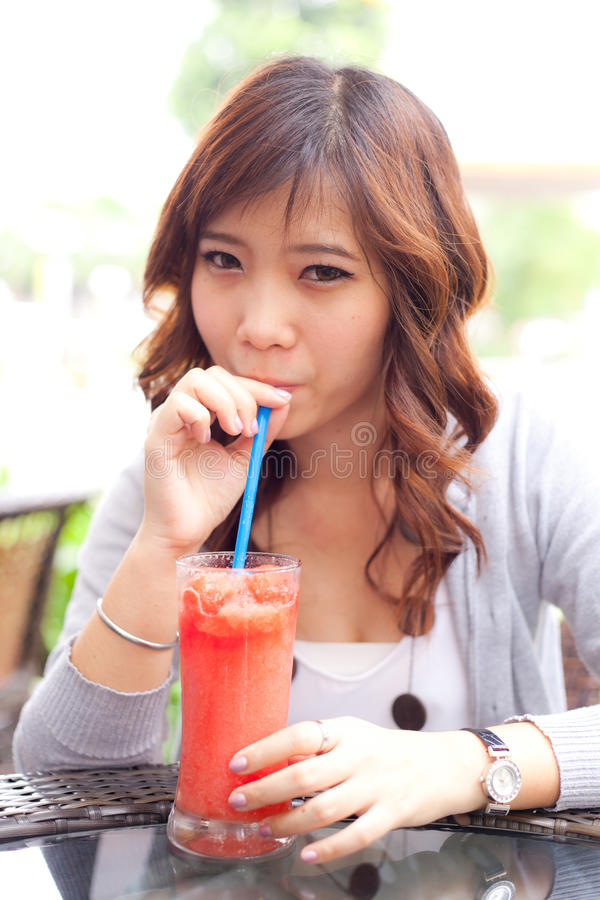 dricka frukt upprör kvinnan arkivfoton