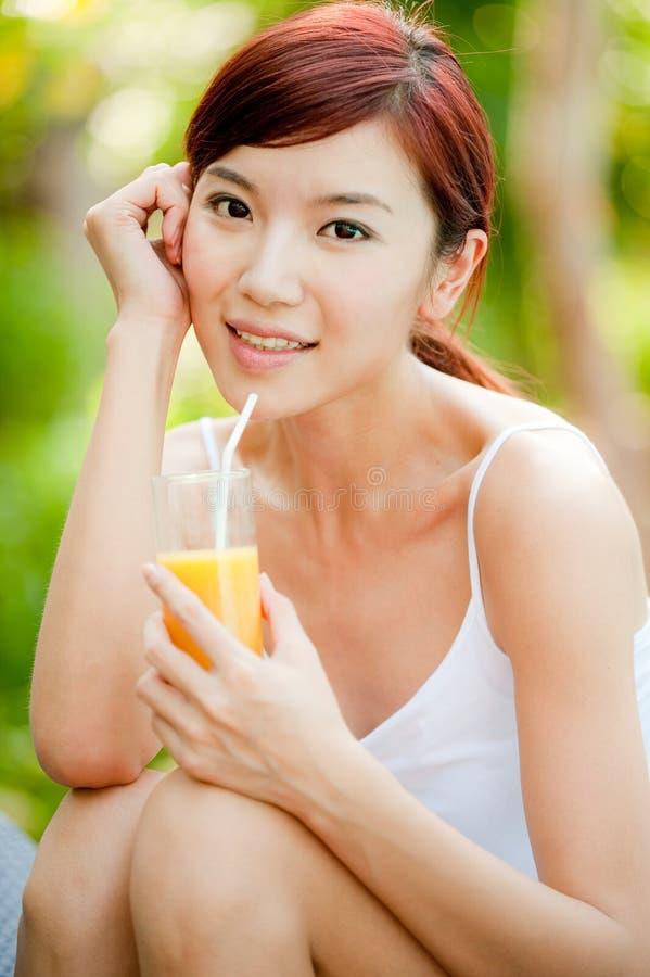 Dricka fruktsaft för kvinna royaltyfri bild