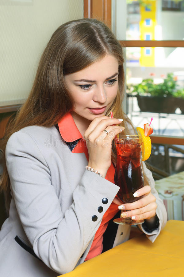 dricka fruktsaftkvinna royaltyfri foto