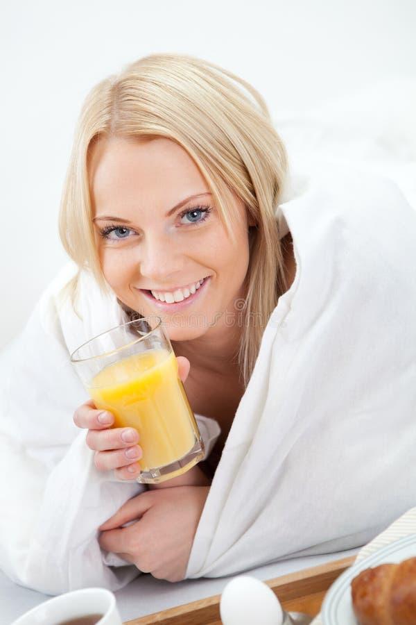 dricka fruktsaftkvinna för härligt underlag royaltyfri foto