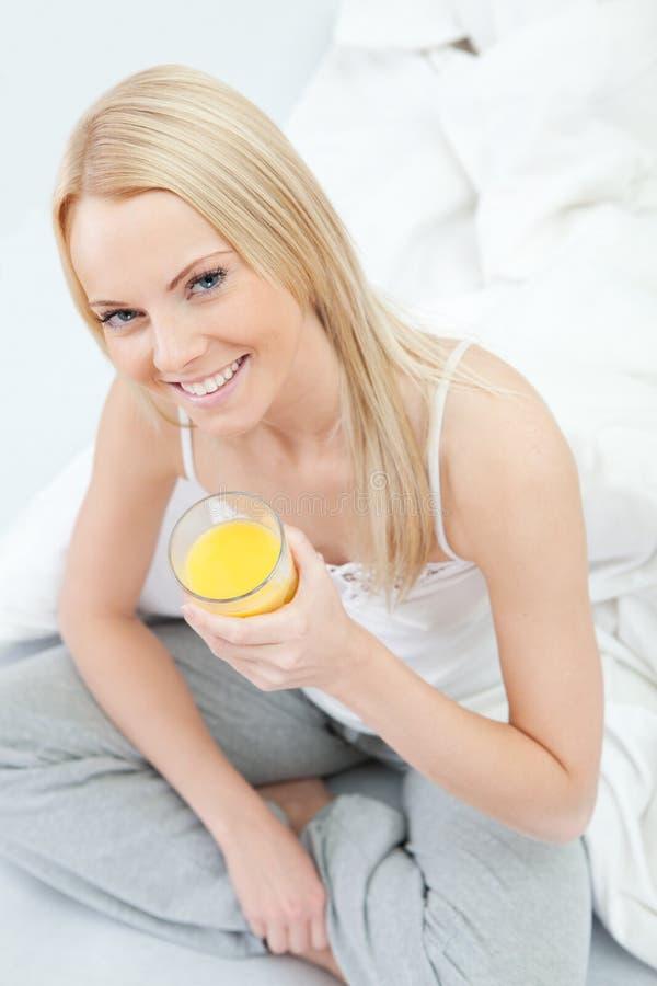 dricka fruktsaftkvinna för härligt underlag royaltyfri fotografi