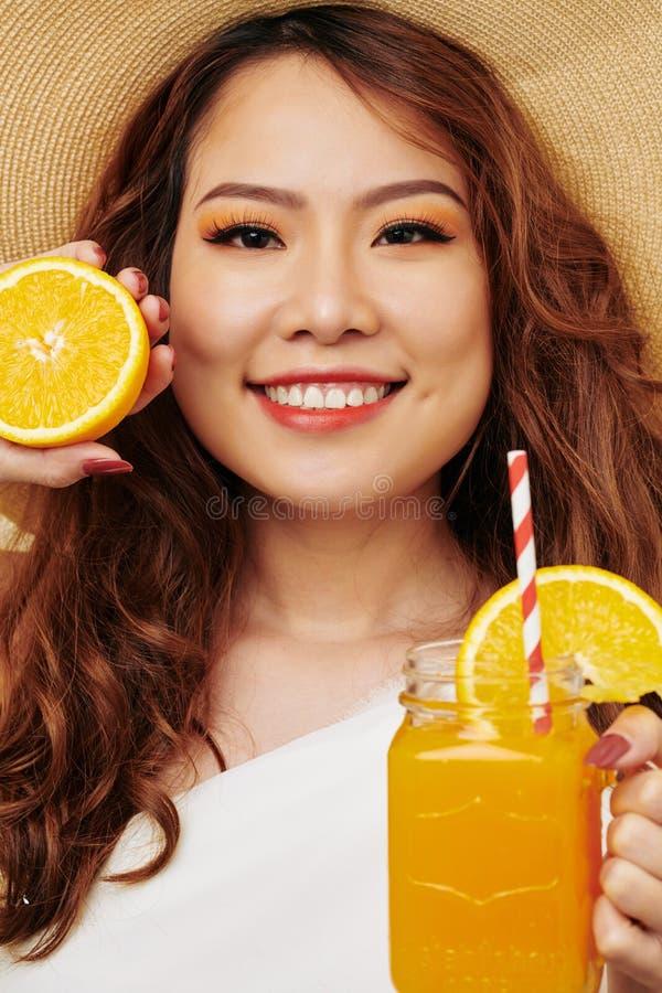 dricka fruktsaftorangekvinna arkivfoto