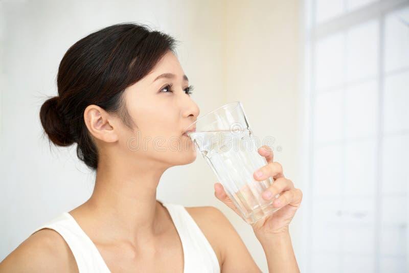 dricka glass vattenkvinna royaltyfria bilder