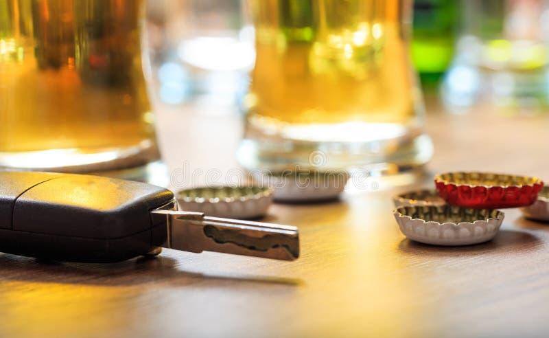 dricka körning Biltangent på en trästångräknare royaltyfri foto