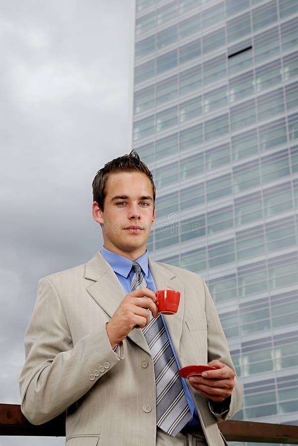 Dricka kaffe för affärsman royaltyfri foto