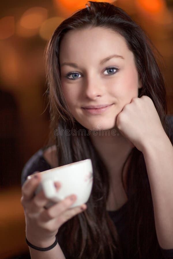 Dricka kaffe för härlig fundersam kvinna arkivbild