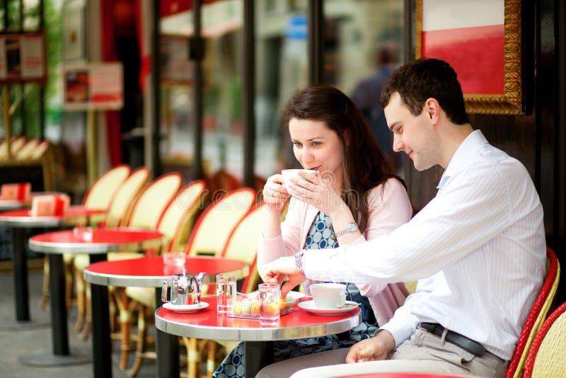 Dricka kaffe för lyckliga par royaltyfri fotografi