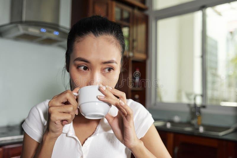 Dricka kaffe f?r kvinna arkivbilder