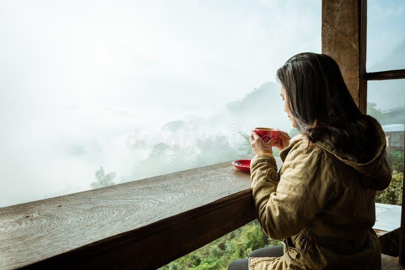 Dricka kaffe f?r kvinna i coffee shop royaltyfria bilder