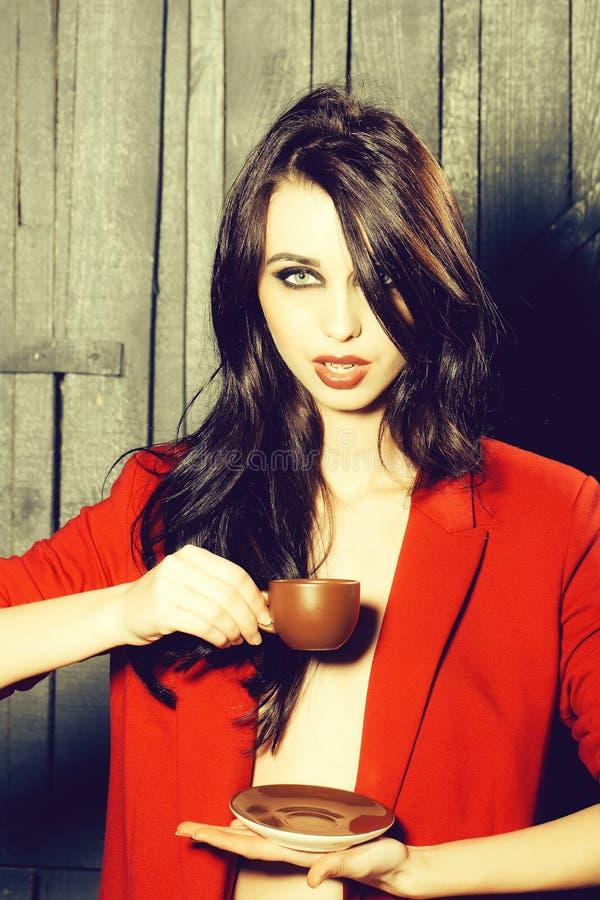 Dricka kaffe f?r kvinna royaltyfri foto