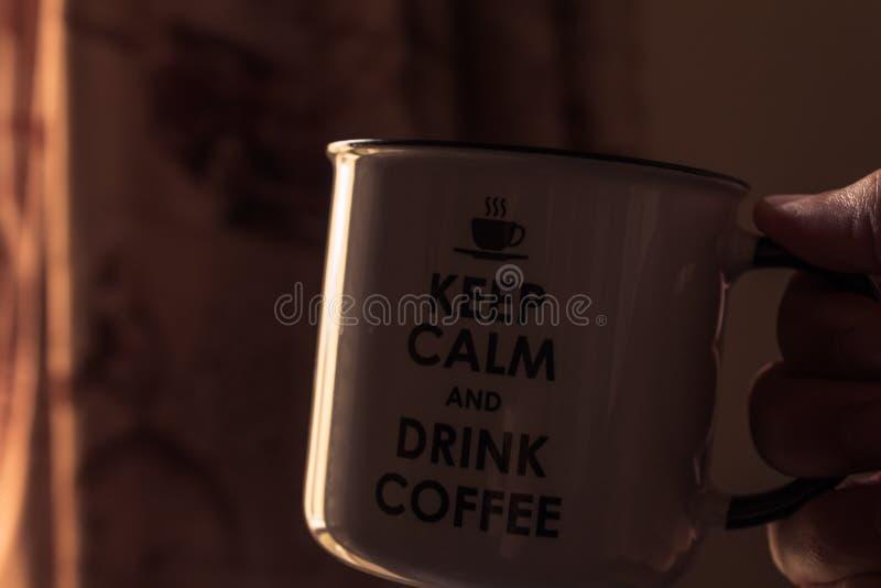 Dricka kaffe i huset på mörker stillhet håll stillhet, och drinkkaffe rånar royaltyfri foto
