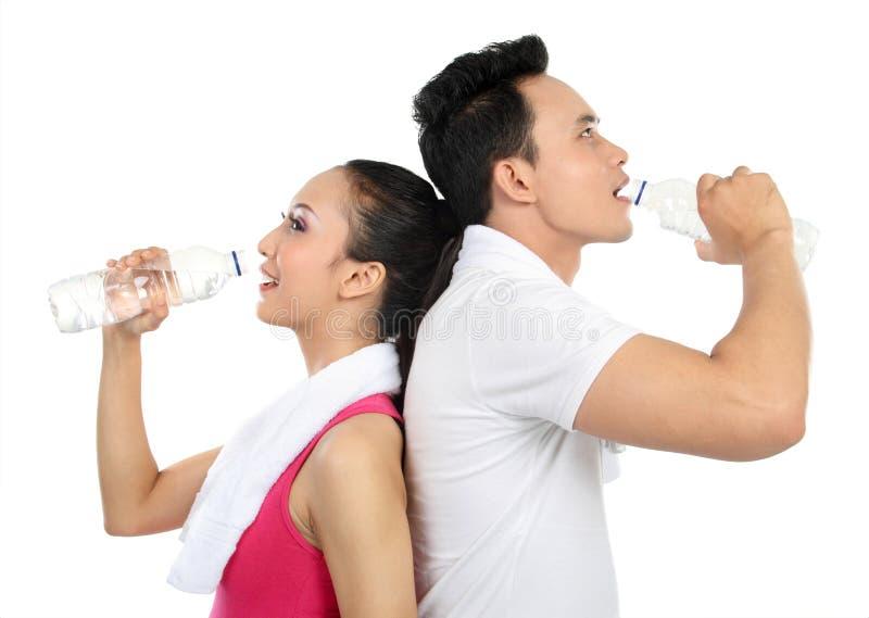 dricka konditionvatten för par arkivbild