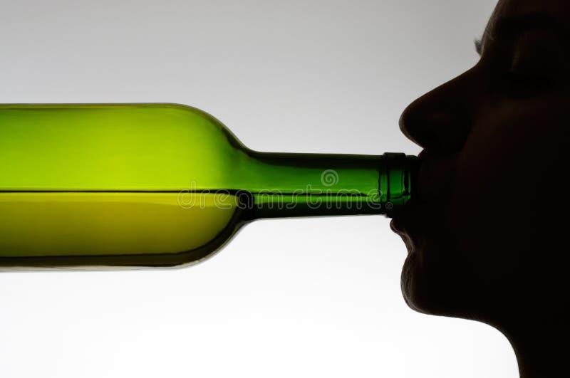 dricka kvinna för flaska royaltyfri fotografi