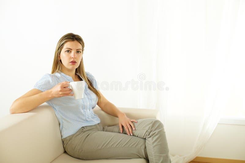 dricka kvinna för kaffe arkivfoton