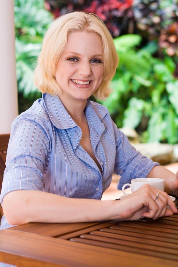 dricka kvinna för kaffe royaltyfria bilder