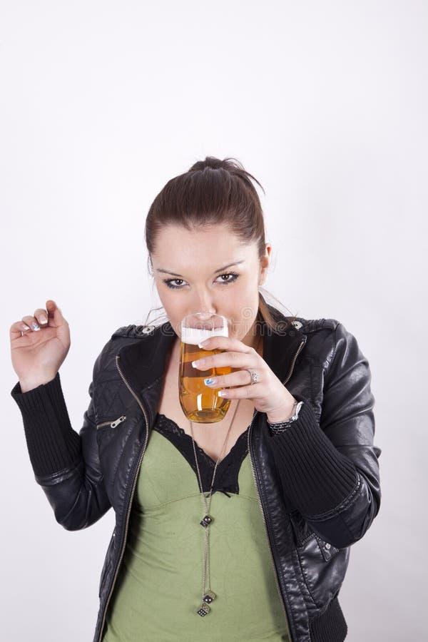 dricka kvinnabarn för härlig öl fotografering för bildbyråer