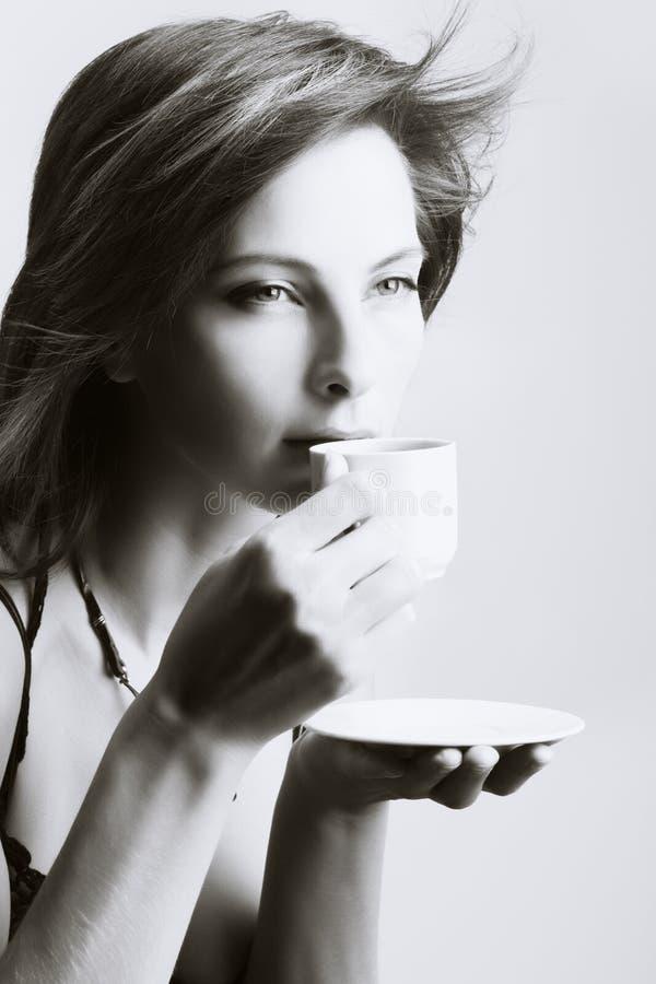 dricka kvinnabarn för kaffe royaltyfri foto