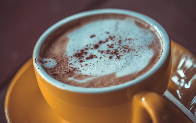 Dricka läckert varmt mjölka choklad arkivfoto