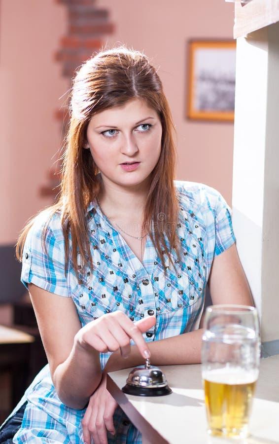 Dricka lager för ung kvinna arkivbild