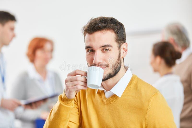 dricka man för affärskaffe royaltyfri bild