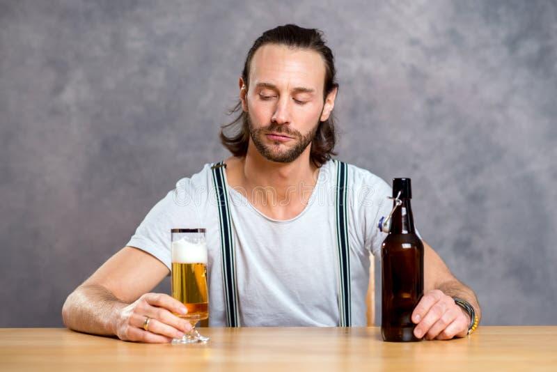 dricka manbarn för öl royaltyfri bild