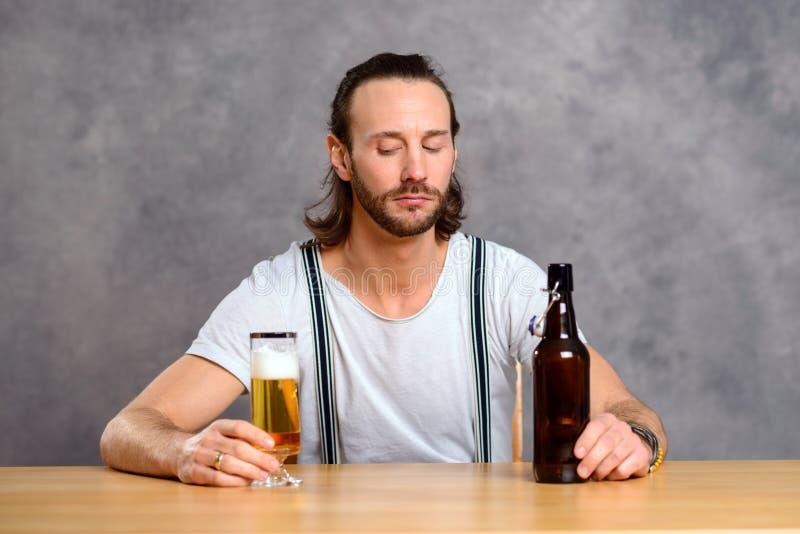 dricka manbarn för öl royaltyfria foton