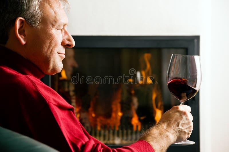 dricka manrött vin royaltyfria bilder
