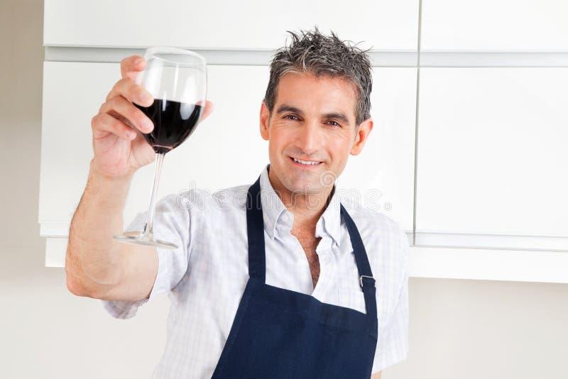 dricka manrött vin royaltyfri foto