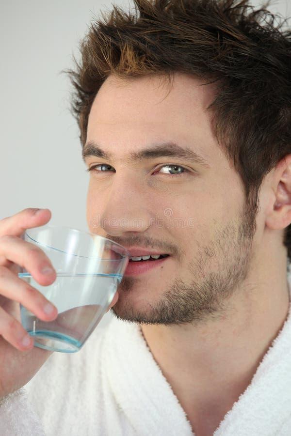 dricka manvatten royaltyfri bild