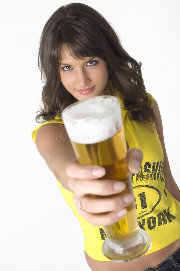 dricka nätt flickaexponeringsglas för öl royaltyfri fotografi
