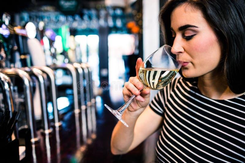 dricka nätt winekvinna arkivbilder