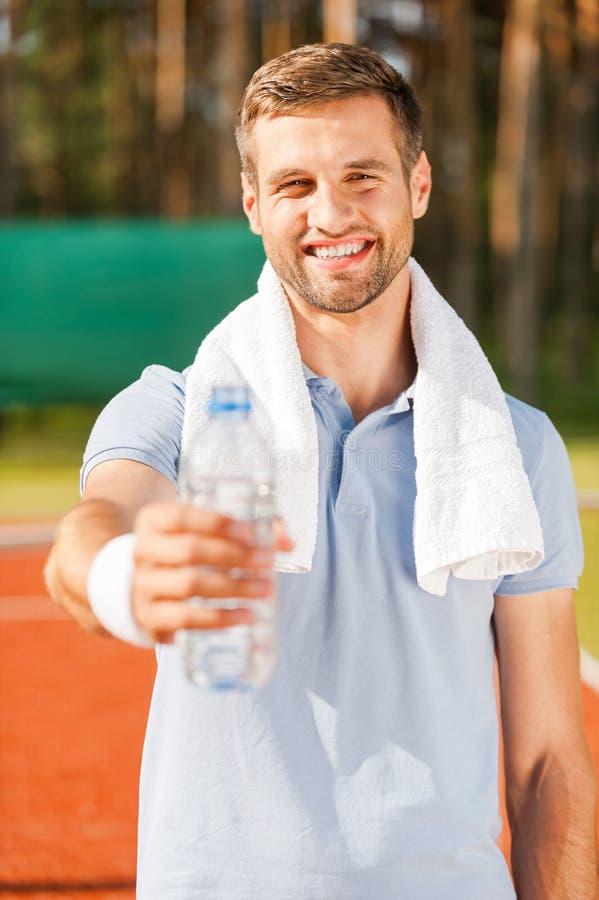Dricka något vatten! arkivfoto