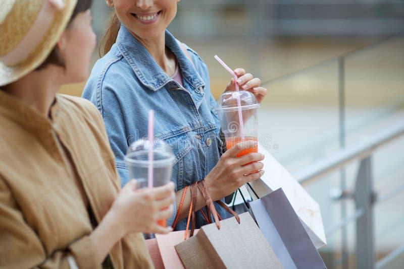 Dricka ny fruktsaft, når att ha shoppat arkivbild