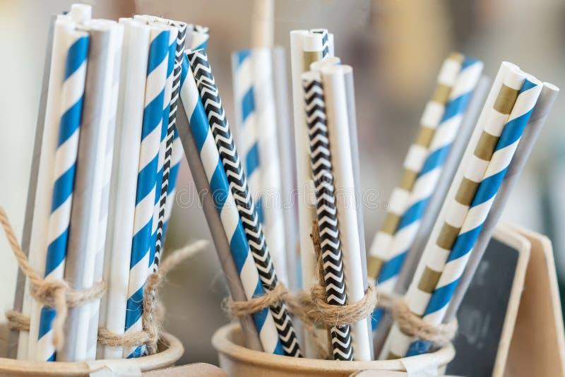 Dricka pappers- färgrika sugrör för återvinningsbart och att förminska bruket av plast- sugrör royaltyfri foto