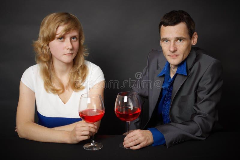 dricka röd bordsvinkvinna för man arkivfoto