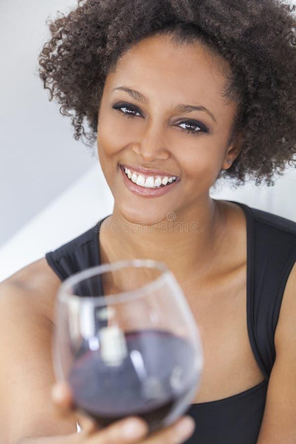 Dricka rött vin för blandad Raceafrikansk amerikanflicka arkivbilder
