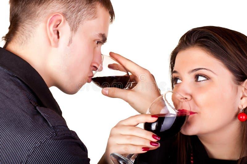 dricka rött vin för par royaltyfri foto